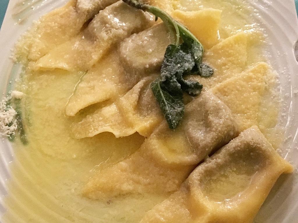 Fina Catalina: pasta fresca rellena y pizza oblonga crujiente junto ...