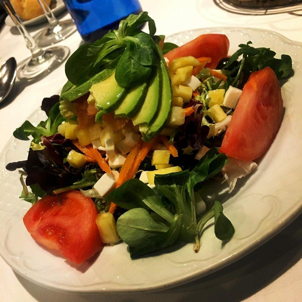Ensalada Mediterranea con salmon queso fresco piña y aguacate Restaurante El Aliño